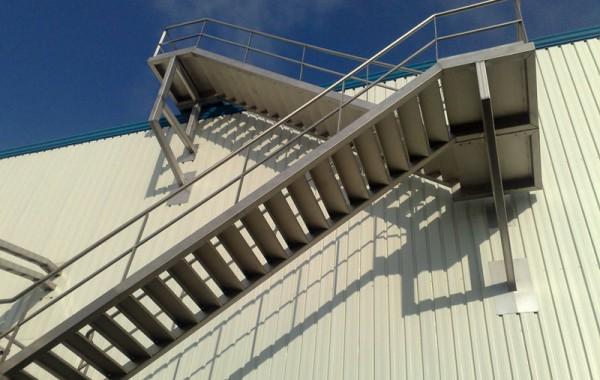 Treppen aus Edelstahl und schwarzem
