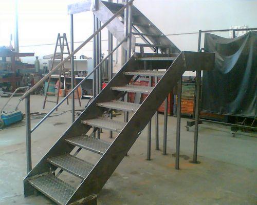 Escaleras de acero negro